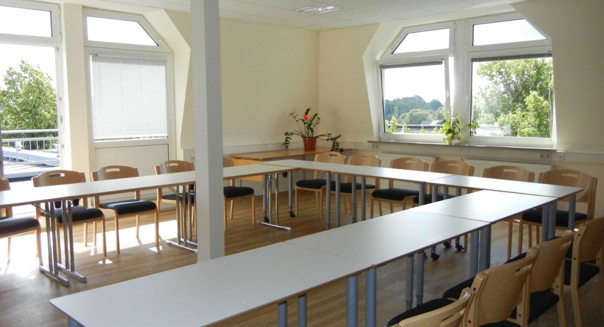 Heller Seminarraum mit Fenstern
