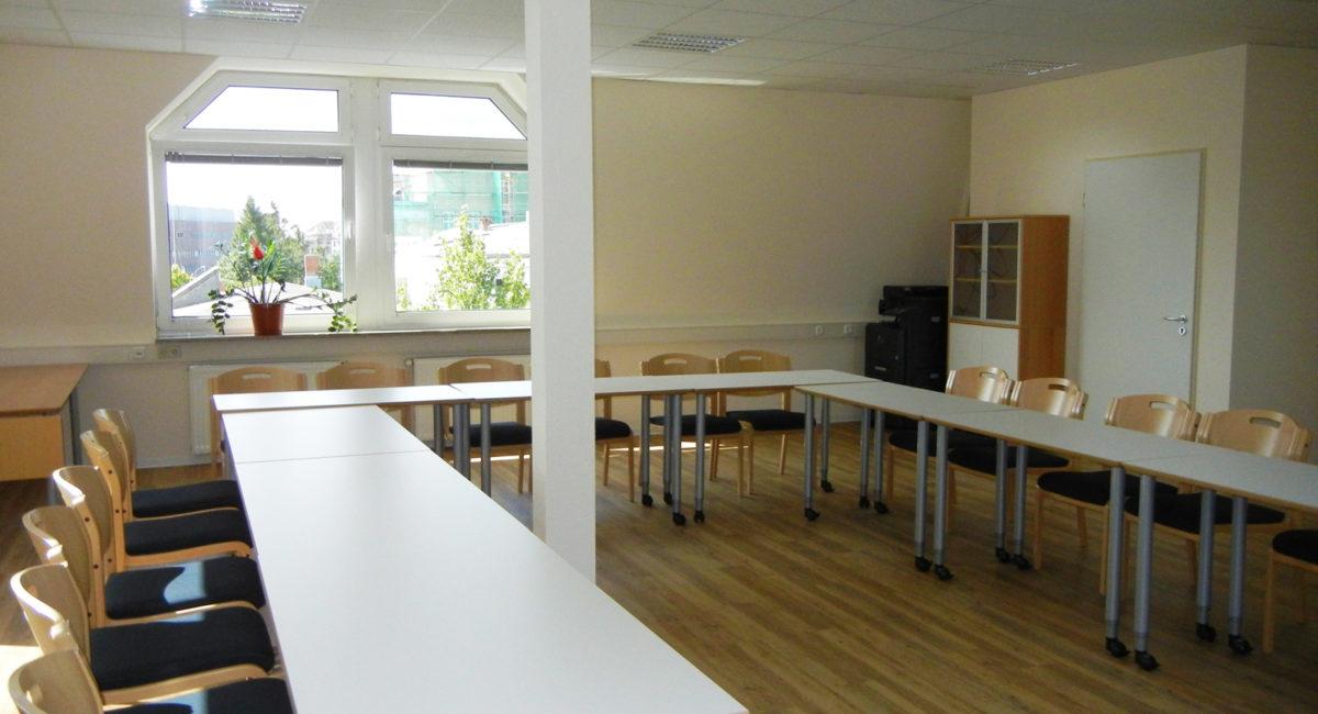 Seminarraum mit Fensterblick